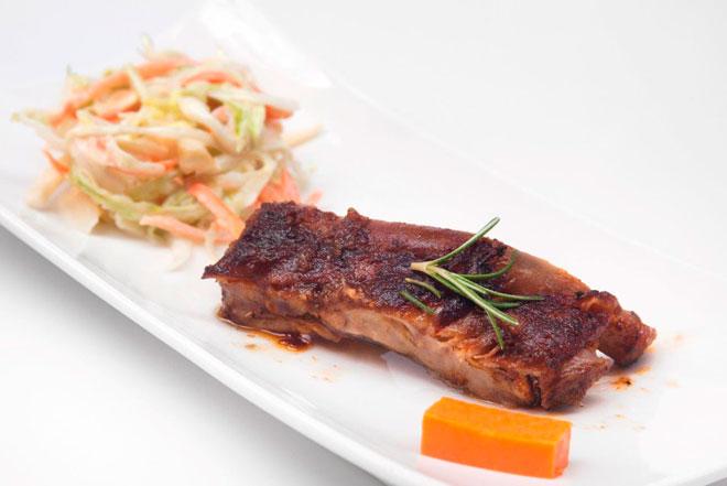 Costella de porc amb salsa cajun i amanida de col